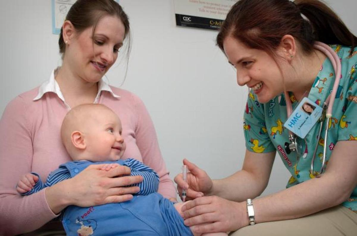 A baby receives a vaccine from a nurse. Photo y Judy Schmidt, federal Centers for Disease Control