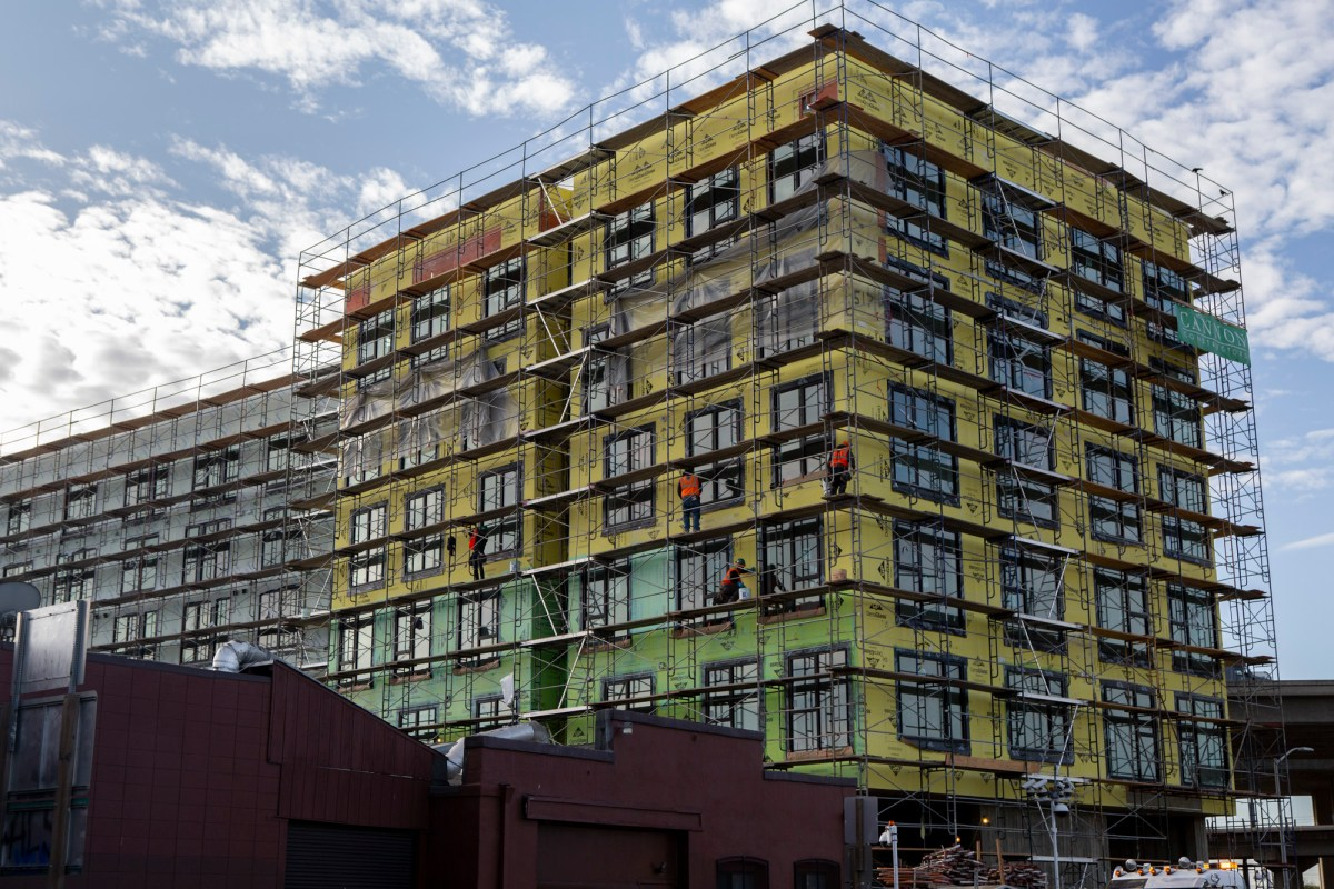 A Factory OS pre-fab apartment building in West Oakland. Photo by Anne Wernikoff for CalMatters