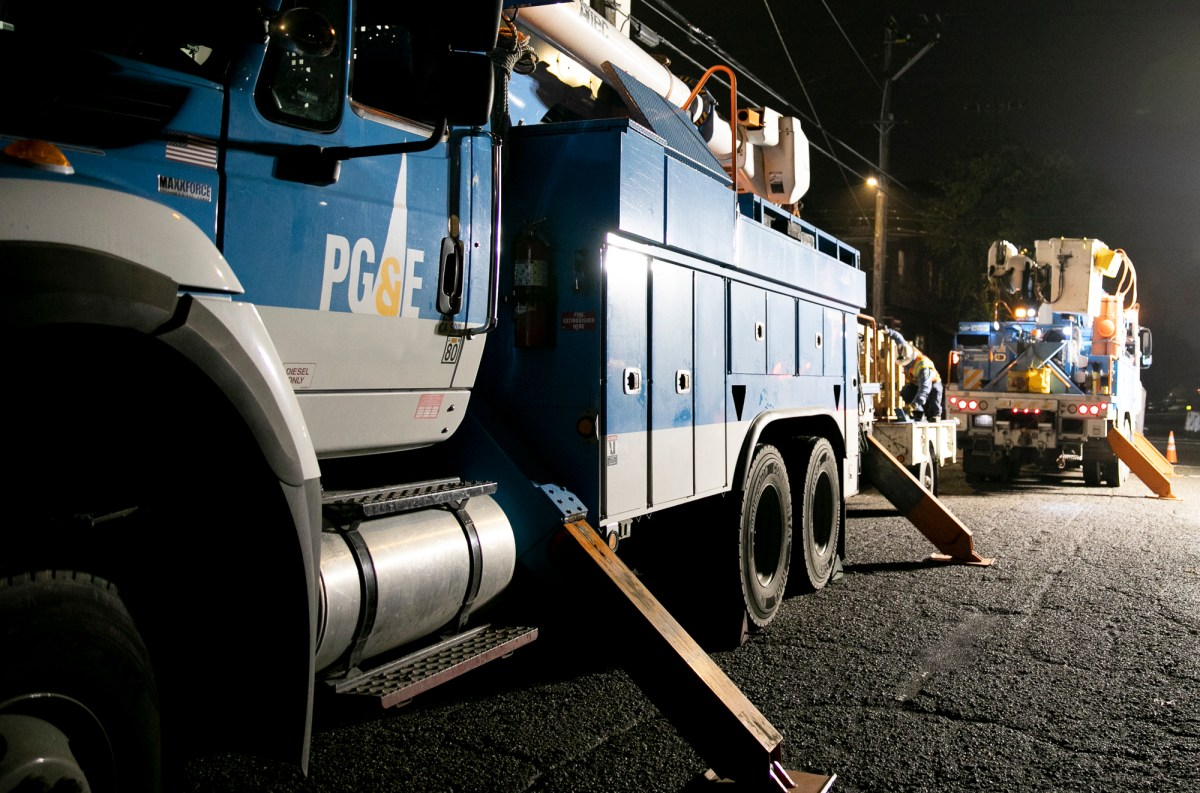 PG&E employees work overnight to replace a nearly 100-year-old pole in Berkeley on December 12, 2019. Photo by Anne Wernikoff for CalMatters