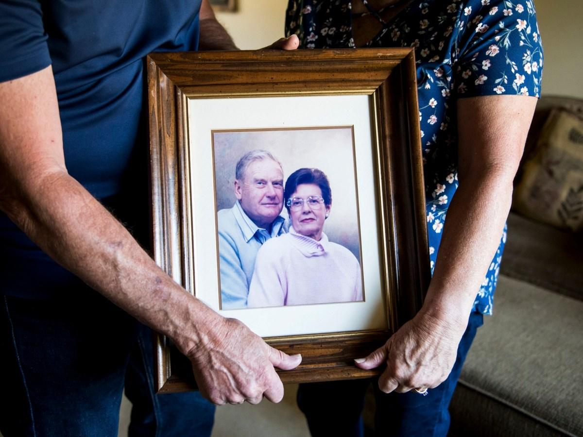 Mark y Kathy Allen sostienen una fotografía de los padres de Mark en su casa de Sebastopol el 29 de julio de 2020. Mark y Kathy evacuaron a la madre de Mark y a varios otros residentes de la comunidad de jubilados de Villa Capri cuando el incendio de Tubbs se aproximaba en octubre de 2017. El hogar de personas mayores Oakmont de Varenna y el centro de vida asistida en Santa Rosa el 29 de julio de 2020. Fotografía de Beth LaBerge, KQED