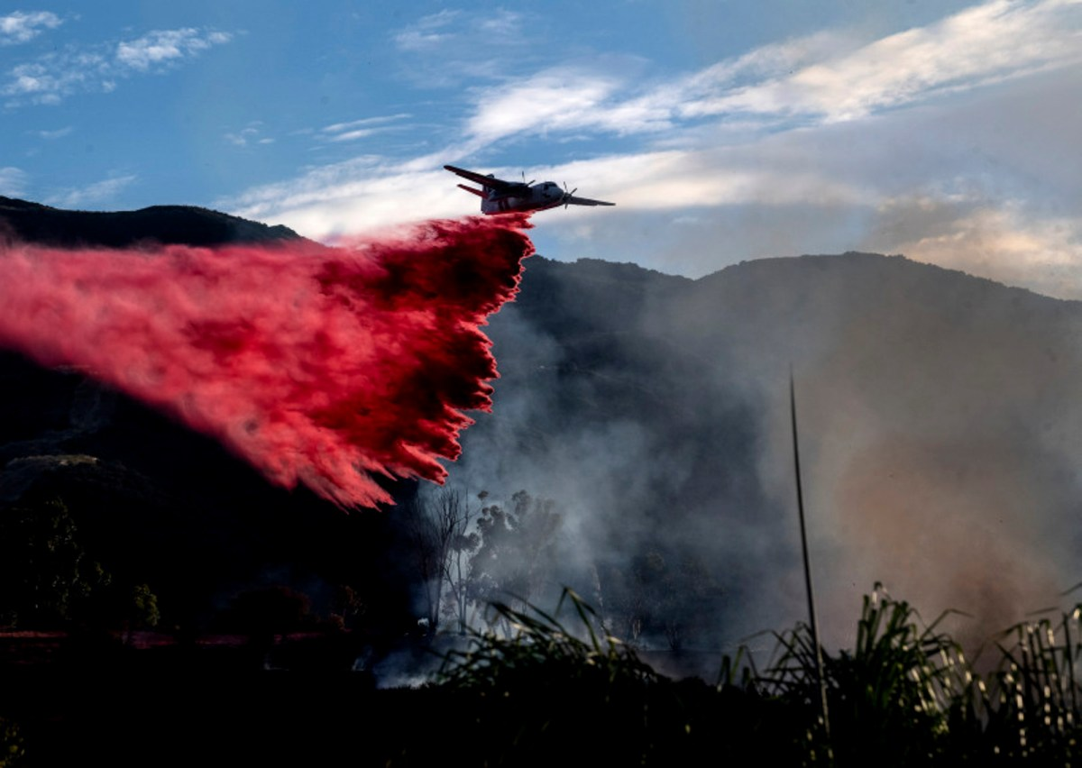 The Skyline fire burns near Foothill Parkway and Skyline Drive in Corona on Aug. 13, 2020. Residents cheers each time a drop is made. Photo by Cindy Yamanaka, The Press-Enterprise/SCNG