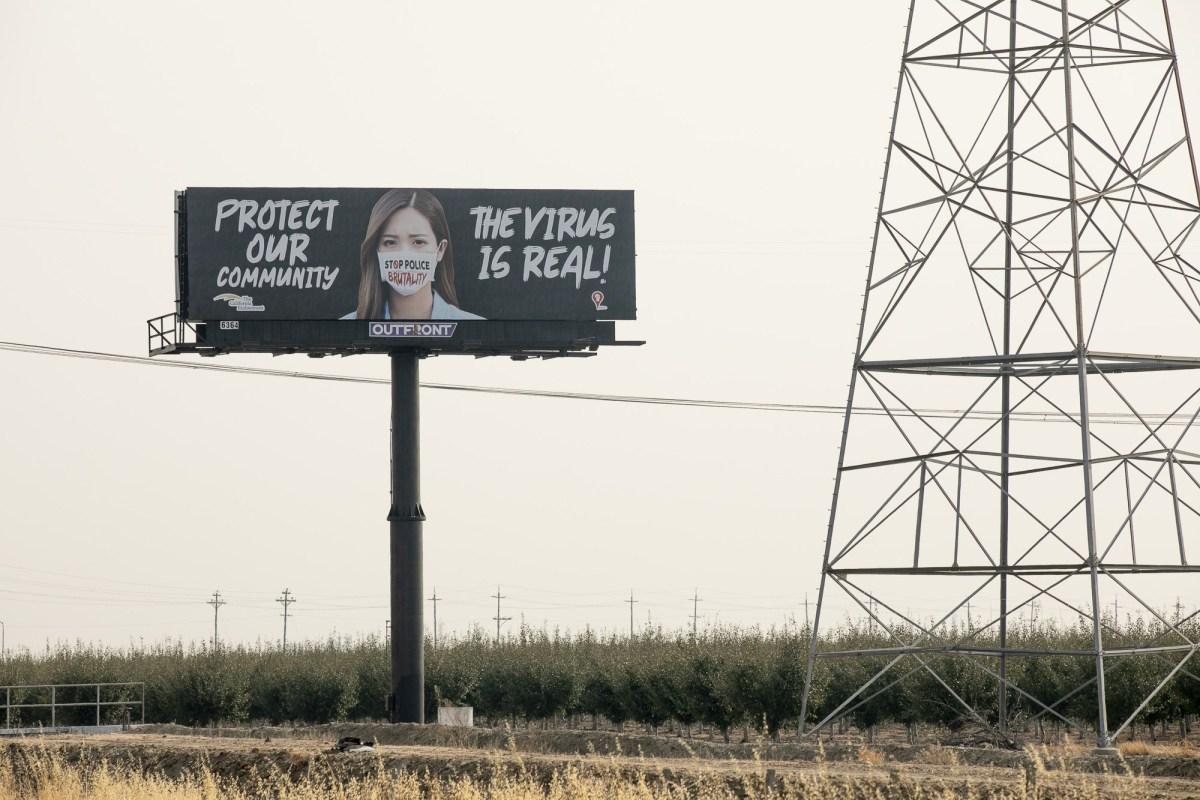 Una valla publicitaria que anima a los conductores a utilizar una mascarilla colocada en la I-80 en las afueras de Vacaville el 28 de agosto de 2020. Fotografía de Anne Wernikoff para CalMatters