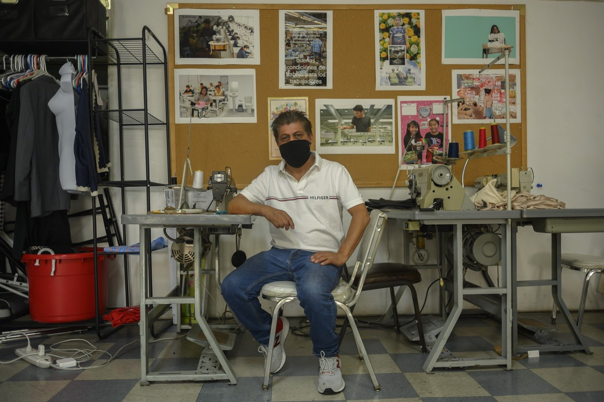 Francisco Tzul, un trabajador de la confección en Los Ángeles, sentado en el Centro de Trabajadores de la Confección durante su hora de almuerzo el 11 de septiembre de 2020. Fotografía de Tash Kimmell para CalMatters. Crédito: Tash Kimmell / CalMatters