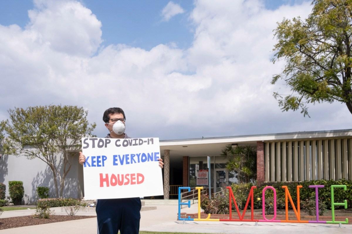 Rodolfo Cortés, un activista a favor de los inquilinos, se manifiesta frente a la Alcaldía de El Monte por una moratoria de desalojo más estricta, el 29 de marzo de 2020. Foto de Pierce Singgih, SCNG