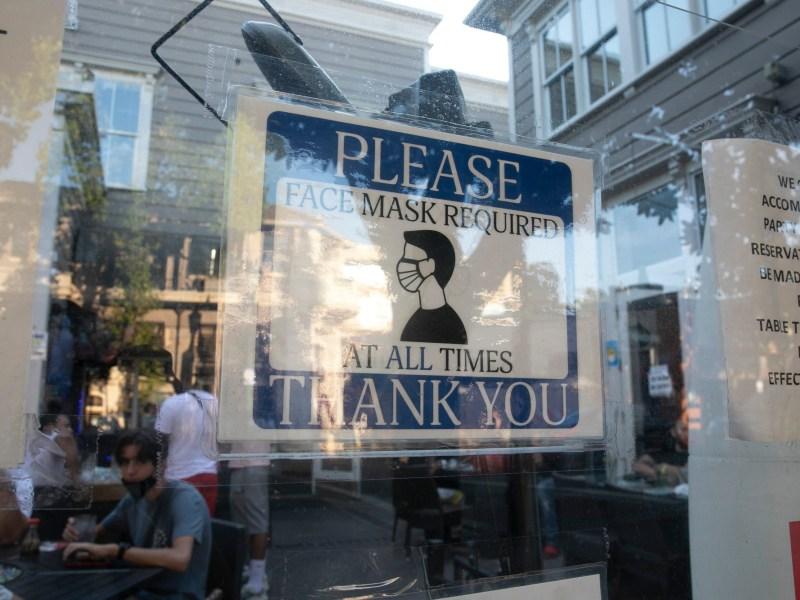 Un letrero que requiere que los clientes usen una máscara se encuentra afuera del Modern China Cafe en Walnut Creek el 16 de agosto de 2020. Foto de Anne Wernikoff para CalMatters