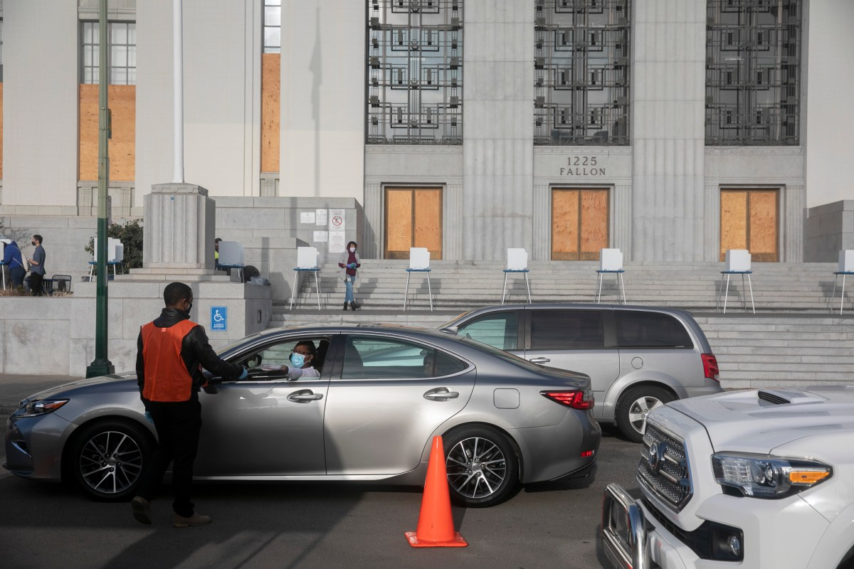 Drivers line up to drop off ballots outside of Alameda County courthouse on Nov. 3, 2020. Photo by Anne Wernikoff for CalMatters