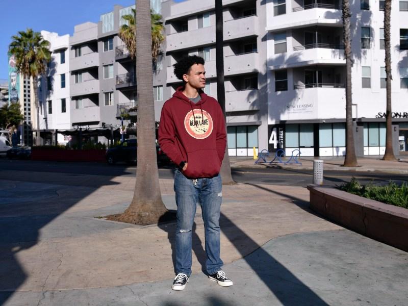 David Lewis, de 29 años, dejó la escuela en Long Beach City College después de luchar para administrar las clases en línea con su trabajo en Trader Joe's. Foto de Pablo Unzueta para CalMatters