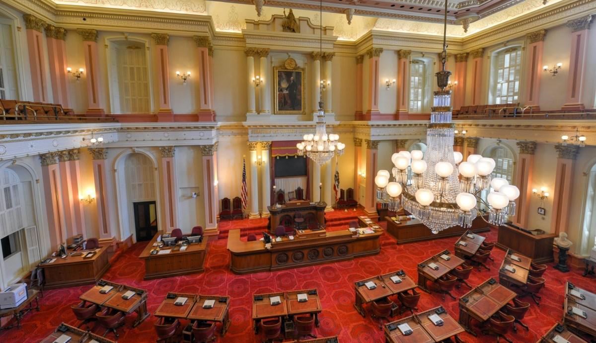 Cámara del Senado de California. Foto vía iStock