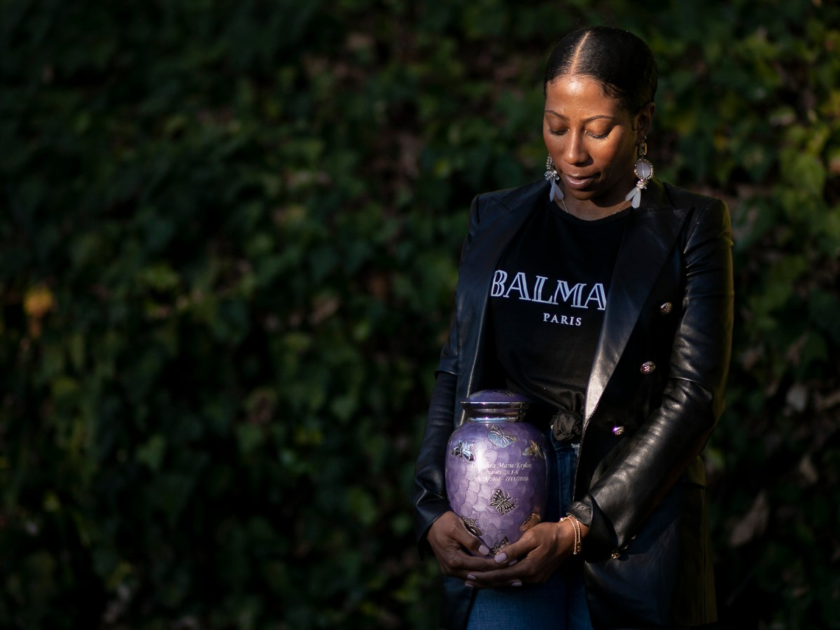 Rickishia Crockett holds an urn with her mother's remains near her home in Vallejo on Dec. 22, 2020. Photo by Anne Wernikoff for CalMatters