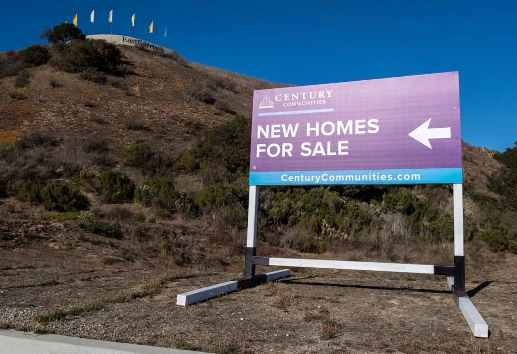 Un nuovo cartello di vendita di case è posto vicino alle case del quartiere East Garrison a Marina, venerdì 27 novembre 2020. Foto di David Rodriguez, The Salinas Californian