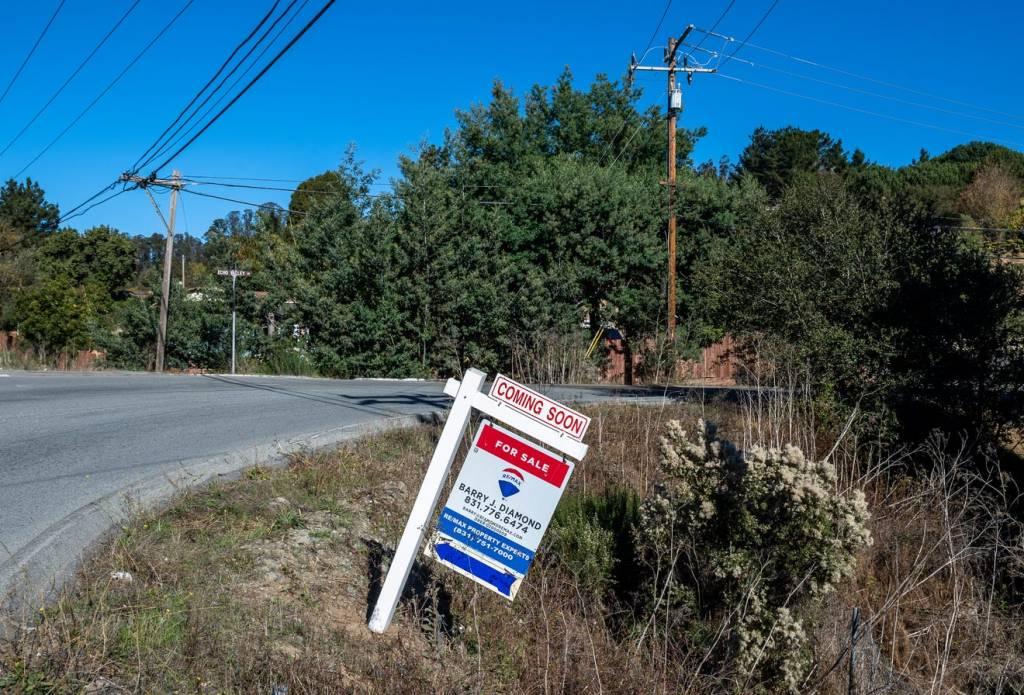 Un segno di vendita è posto all'angolo di San Miguel Canyon Road e Echo Valley Road a Prunedale, venerdì 27 novembre 2020. Foto di David Rodriguez, The Salinas Californian
