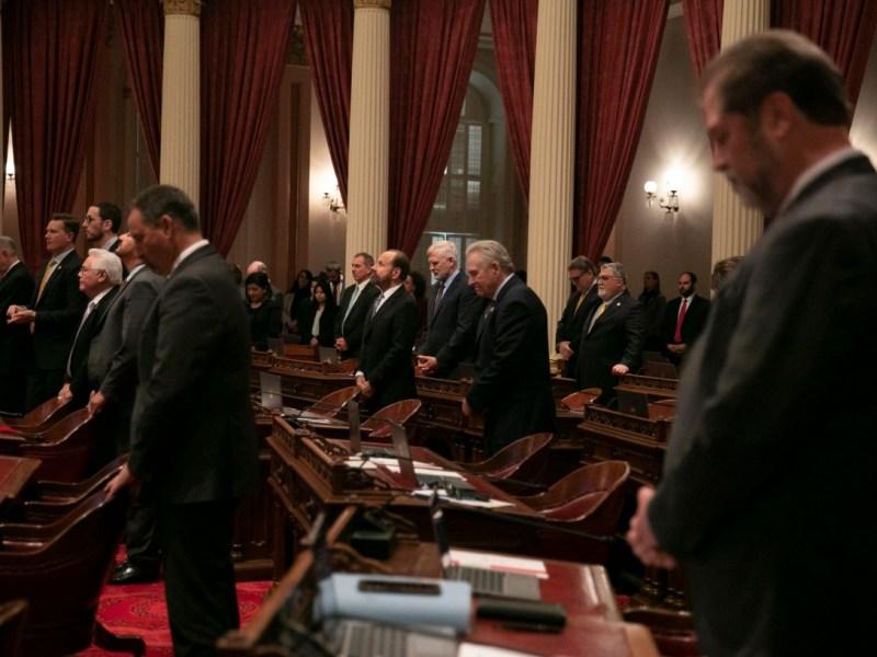 Los miembros del Senado estatal se inclinan en oración el primer día de la sesión de 2020. Cuando se convoque la sesión de 2021, la Legislatura de California aún carecerá de la diversidad del estado. Foto de Anne Wernikoff para CalMatters
