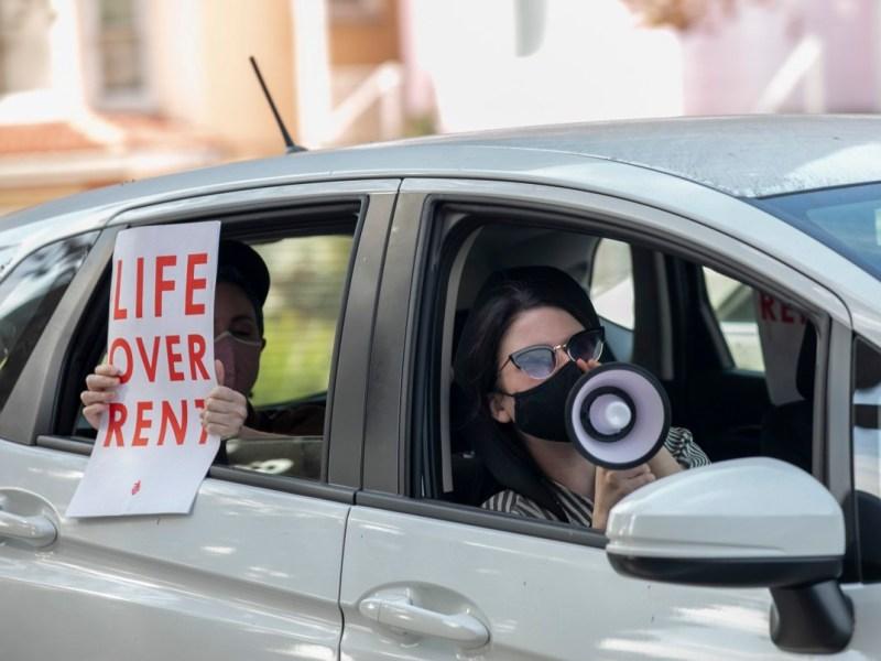 Los manifestantes participan en una caravana a lo largo de Harrison Street en Oakland para protestar por el pago de la renta y los desalojos durante la pandemia de coronavirus el 5 de diciembre de 2020. Foto de Anne Wernikoff para CalMatters