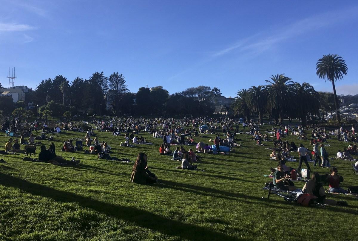 Las multitudes se reúnen para disfrutar del clima inusualmente cálido en Dolores Park el 16 de enero de 2021. Foto de Anne Wernikoff, CalMatters