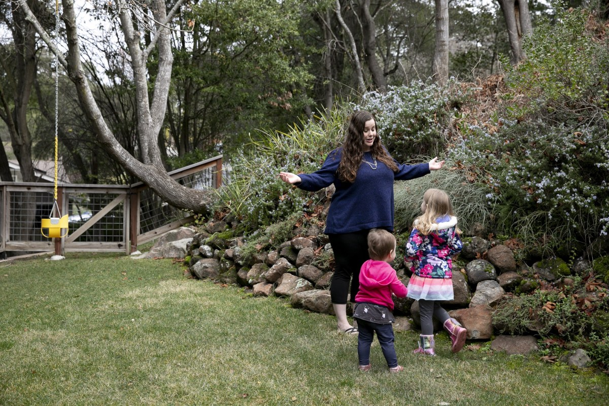 Gennie Gorback, presidenta electa de la Asociación de Kindergarten de California, juega con sus hijas, Cece, de casi dos años, a la izquierda, y Tilly, de 4, a la derecha, en su casa de Orinda el 3 de febrero de 2021. Foto de Anne Wernikoff, CalMatters