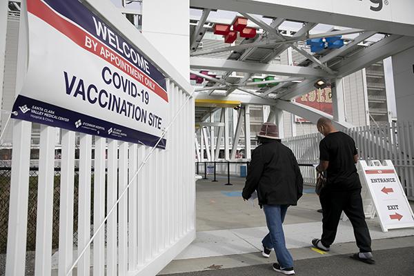 Les patients entrent dans le stade Levi's pour recevoir les vaccins Pfizer COVID-19 le 9 février 2021 à Santa Clara.  L'arène des 49ers a ouvert mardi en tant que site de distribution de vaccins pour les résidents du comté de Santa Clara de 65 ans et plus et devrait vacciner jusqu'à 15 000 personnes par jour une fois que les fournitures seront disponibles.  Photo par Anne Wernikoff, CalMatters