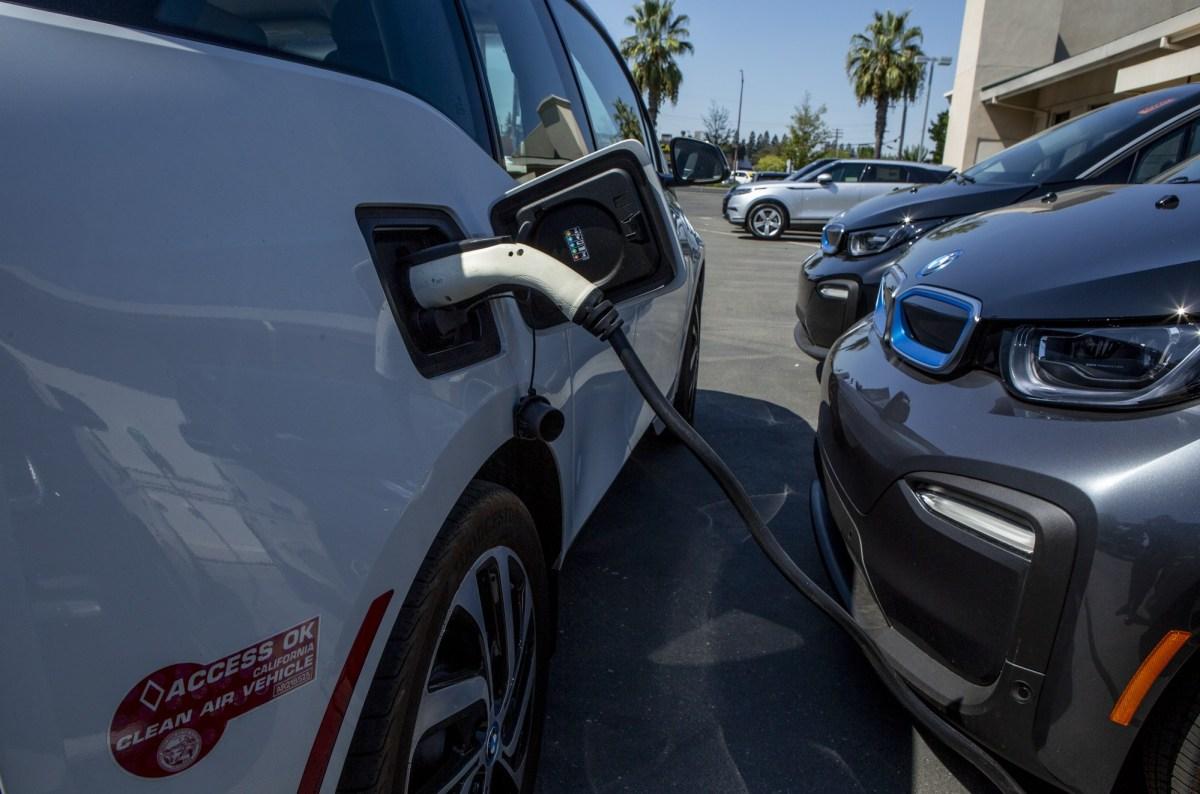 El auditor estatal advirtió que es posible que California no cumpla su objetivo de reducir los gases de efecto invernadero en un 40% durante los próximos diez años si no acelera el ritmo y proporciona una mejor contabilidad de las reducciones. Foto de Anne Wernikoff, CalMatters