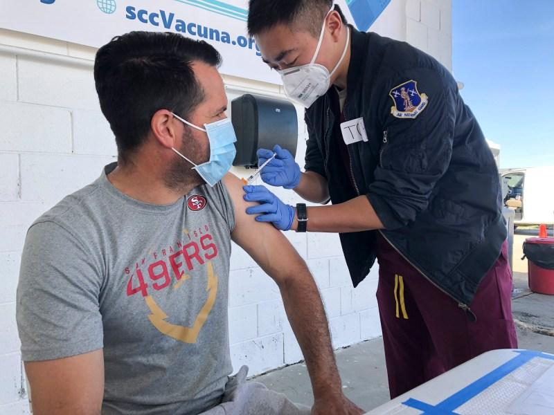 Mauricio Chávez de Hollister recibe una vacuna contra el COVID-19 en Monterey Mushrooms en Morgan Hill el 28 de febrero de 2021. Trabaja en una granja de hongos vecina. Muchos trabajadores agrícolas de California todavía enfrentan obstáculos para recibir la vacuna. Foto de Ana Ibarra, CalMatters