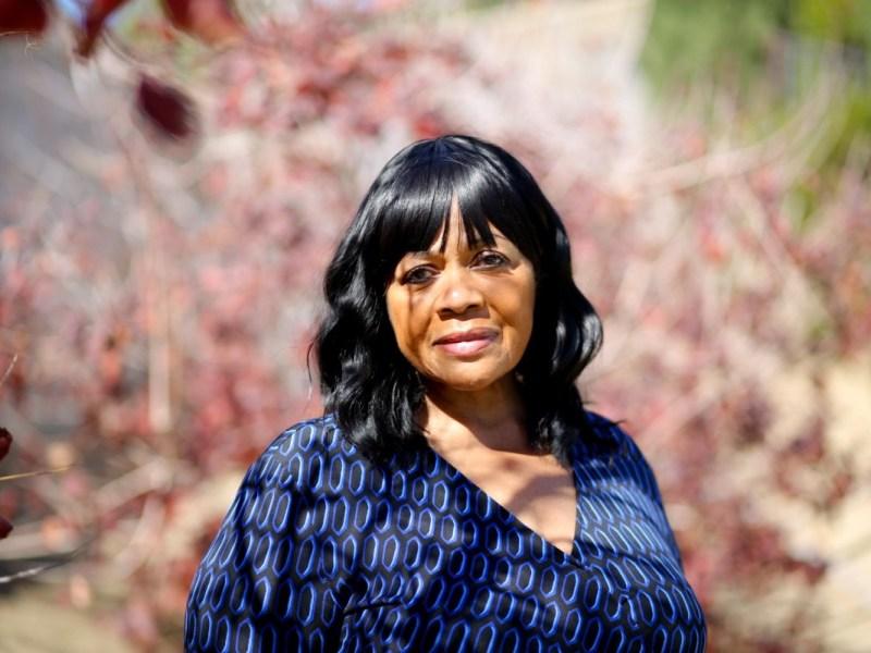 """Cynthia Bassett en su patio trasero en San Bernardino. Lleva 22 años administrando una guardería en su casa. """"Estaba acostumbrada a tener 14 pequeños corriendo"""", dijo, """"y de repente '¡Puf!', Estoy sola"""". Foto de Shae Hammond para CalMatters"""