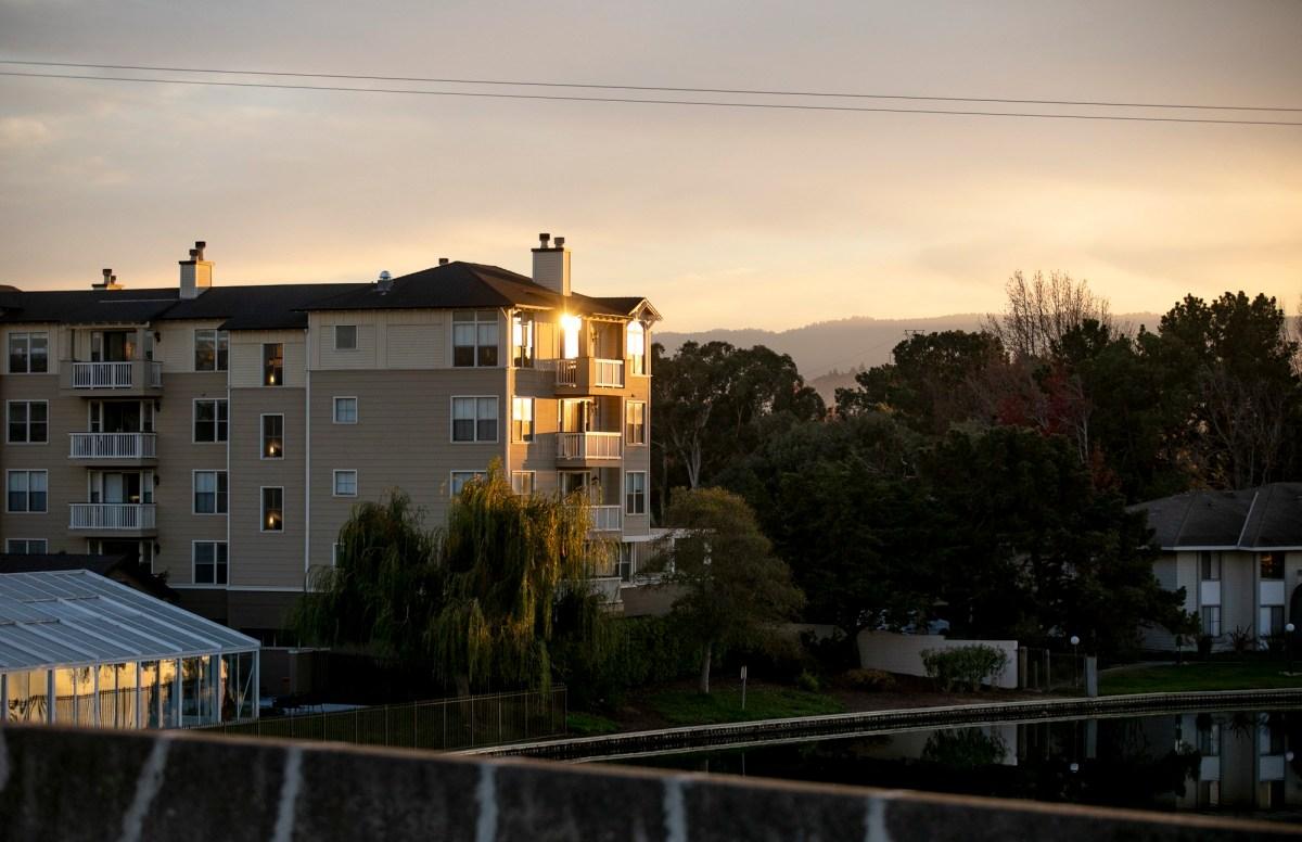 Marlin's Cove, un complejo de viviendas con unidades de bajos ingresos, en Foster City el 2 de diciembre de 2020. Los bonos federales asignados para la construcción de viviendas asequibles en California expiraron en 2017 después de que se hubiera utilizado menos de la mitad de los fondos. Foto de Anne Wernikoff para CalMatters