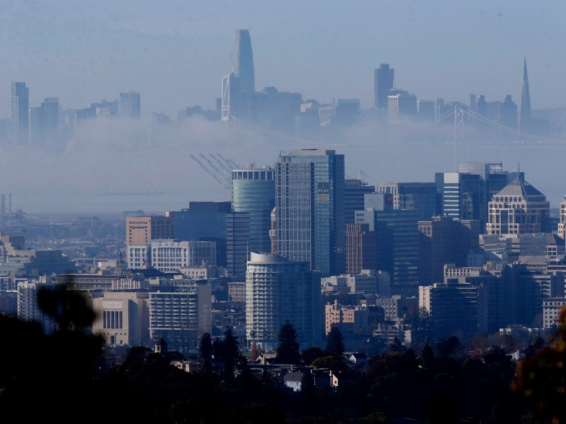 Una capa de niebla se cierne entre San Francisco y Oakland el 5 de enero de 2021. Foto de Jane Tyska, Bay Area News Group