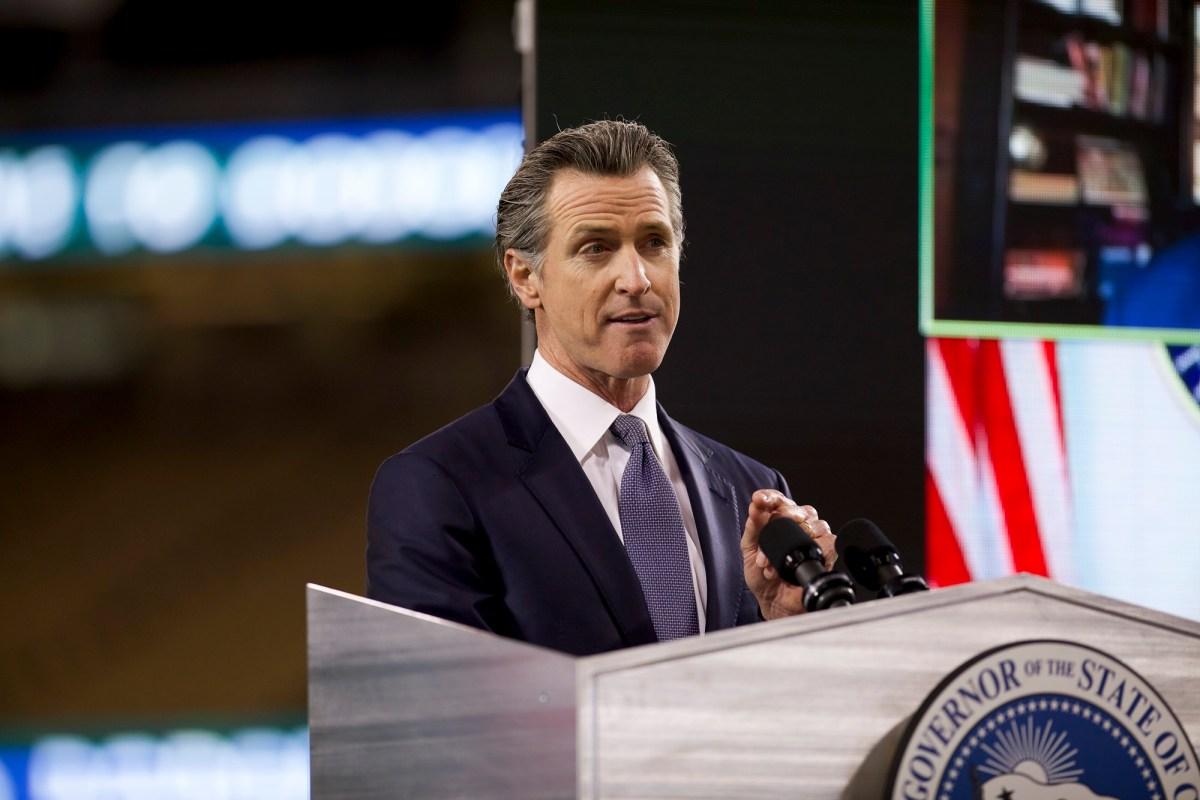 El gobernador Gavin Newsom pronuncia el discurso sobre el Estado del Estado en el Dodger Stadium de Los Ángeles el 9 de marzo de 2021. Foto de Shae Hammond para CalMatters