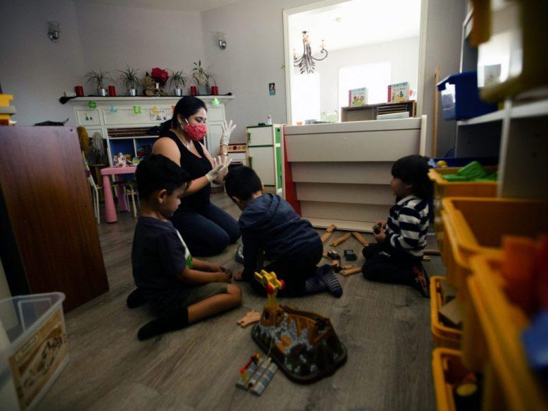 Sylvia Hernandez juega con niños en su guardería en Van Nuys el 9 de abril de 2021. Foto de Shae Hammond para CalMatters