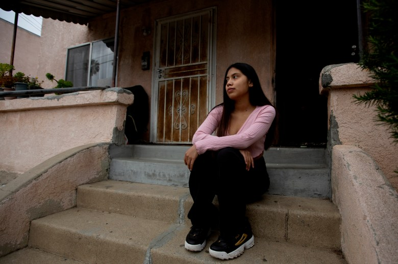 Evelyn Flores representa un retrato frente a su casa en Los Ángeles el 22 de abril de 2021. Evelyn planea ir a Cal State Los Ángeles después de graduarse de la escuela secundaria para estudiar una carrera en el campo de la medicina. Foto de Shae Hammond para CalMatters