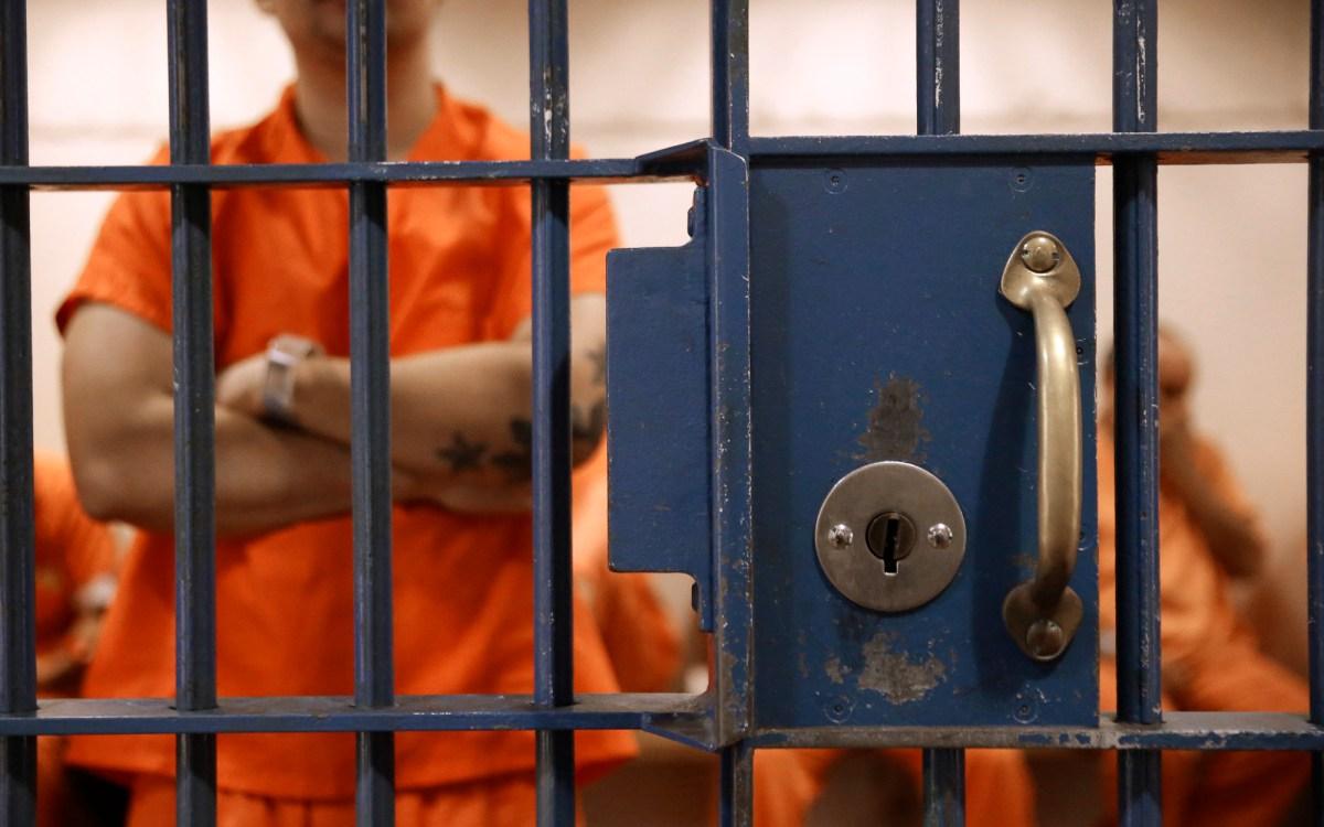 Los detenidos esperan en una celda para comparecer ante el Tribunal Superior del Condado de Sacramento en Sacramento el 1 de noviembre de 2016. Incluso antes de la pandemia, los tribunales de California lucharon para resolver los casos de manera oportuna por innumerables razones. Una investigación de CalMatters reveló largas esperas en la cárcel. Foto de Rich Pedroncelli, AP Foto