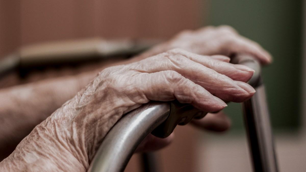 Una investigación de CalMatters plantea interrogantes sobre la supervisión de los hogares de ancianos en California y su proceso de concesión de licencias. Imagen a través de iStock