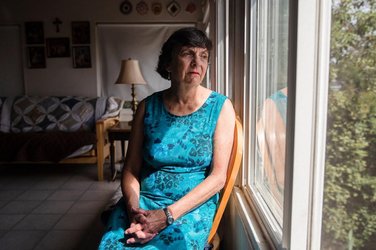 Kathleen Bils en su casa en San Diego el 1 de mayo de 2021, un año después de que un alguacil matara a su hijo. Foto de Ariana Drehsler para CalMatters