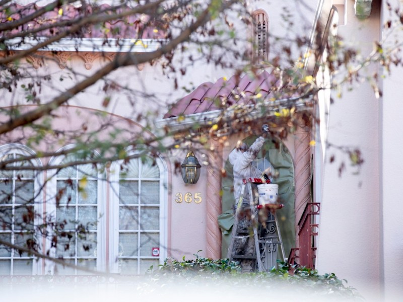 Chamba ofrece listados de trabajos en campos de alta demanda como construcción, limpieza, almacenes y trabajos en restaurantes a más de 34.000 usuarios. Foto de Anne Wernikoff, CalMatters