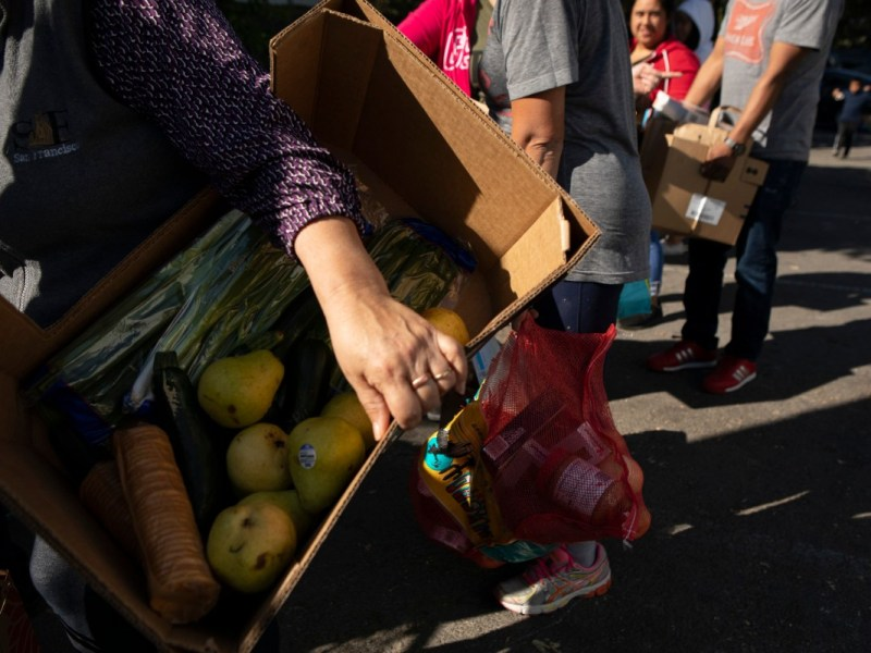 Si se aprueba, el plan de la Legislatura asignaría $550 millones para ofrecer asistencia alimentaria a todos los californianos, independientemente del estado migratorio como parte del plan de gastos de Newsom. Foto de Anne Wernikoff, CalMatters