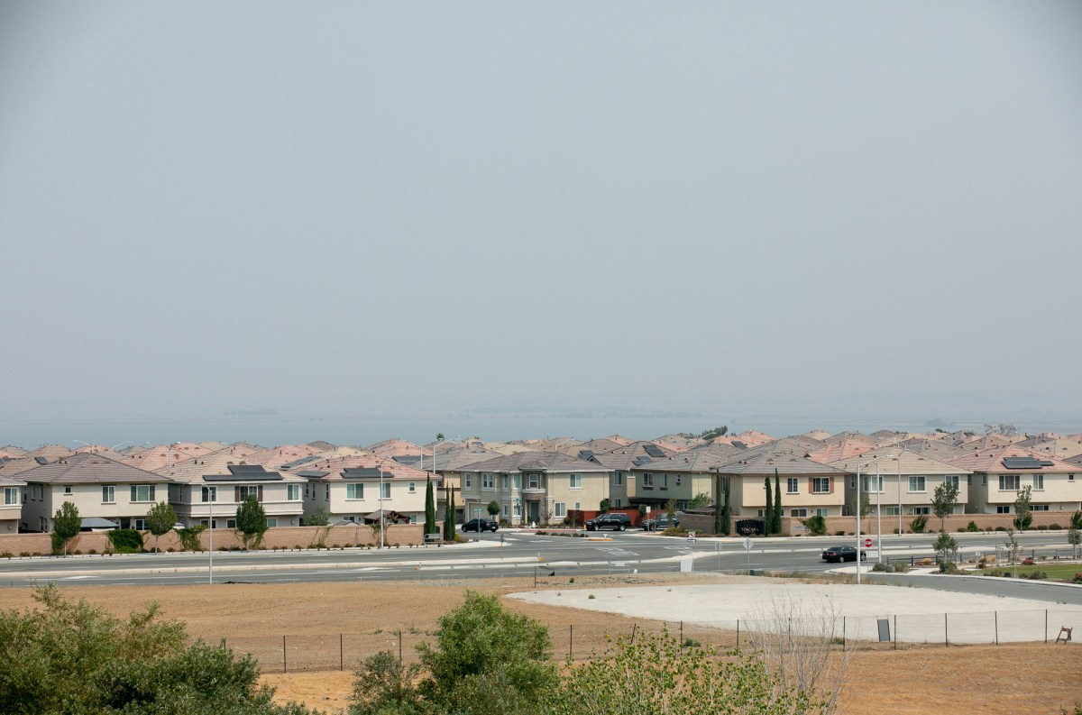 A large housing development overlooks Highway 4 near Pittsburg. Photo by Anne Wernikoff, CalMatters