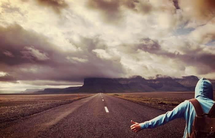 Hombre en un camino