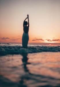 Mujer disfrutando del mar