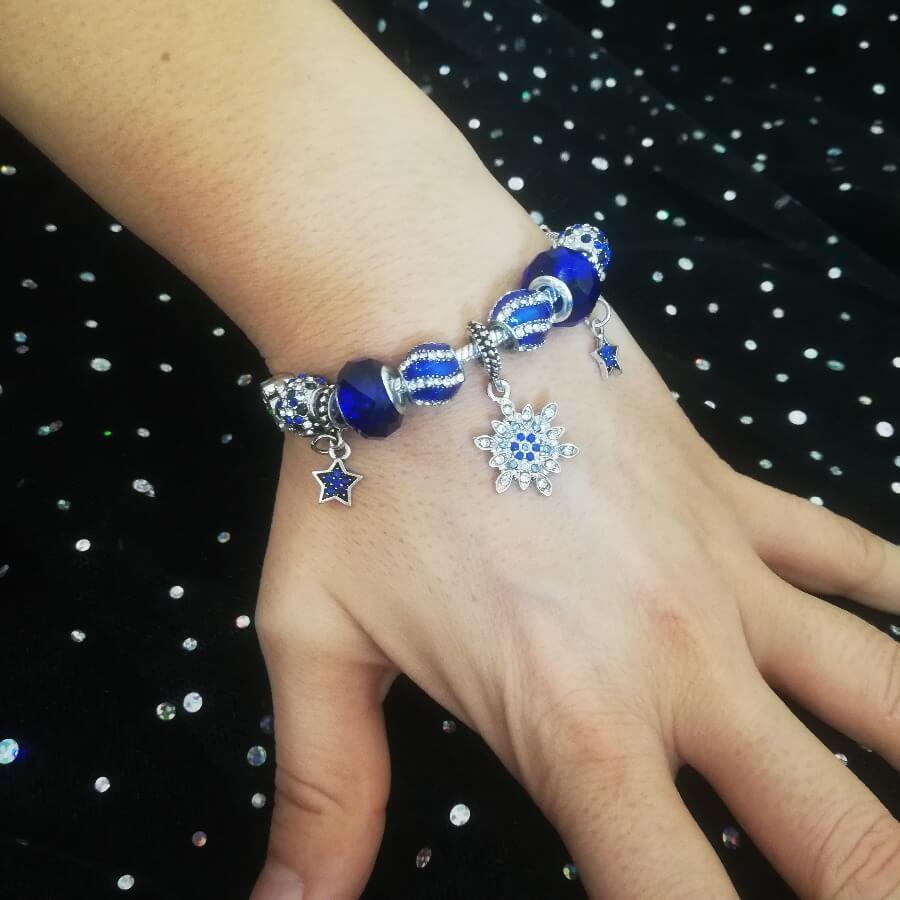 Bracelet Charms Plaqué Argent et Cristal d'Autriche décoré de charms flocons et étoiles