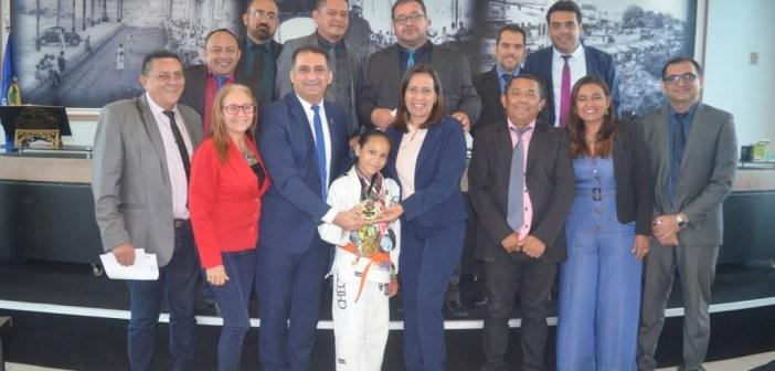 Câmara Municipal recebe visita da castanhalense campeã mundial de Jiu-jitsu Saila Caroline