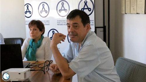 La Directora Ejecutiva de la Fundación Arias Lina Barrantes, muestra la Línea de Tiempo, junto a ella Carlos Revilla webmaster de la institución.  Crédito: FA/em
