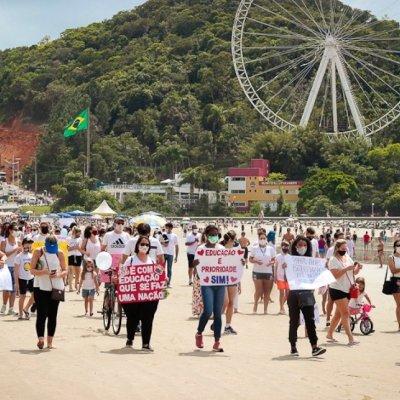 Mais de 300 famílias se reuniram no Pontal Norte pedindo pelo retorno das aulas presenciais