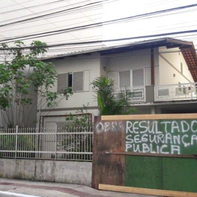 Portão de casa no centro de Balneário foi furtado: vítima colocou tapume 'em protesto'