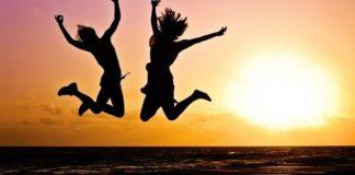 havaya zıplayan insanlar