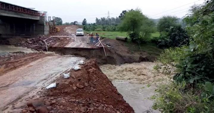 बारिश के कारण पानी के तेज बहाव में बहा कच्चा मार्ग