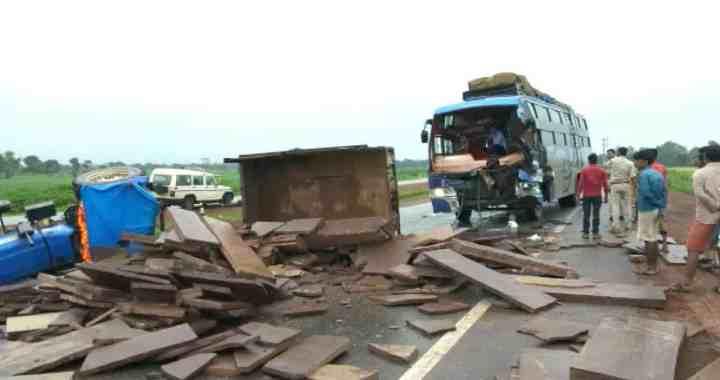 तेज रफ्तार बस ने ट्राली में मारी टक्कर, चालक की मौत