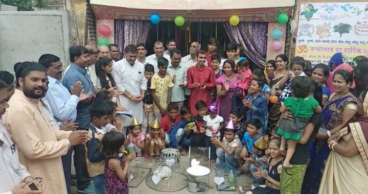 देपालपुर में समाजसेवी ने पशु पक्षियों का जन्मदिन मनाया
