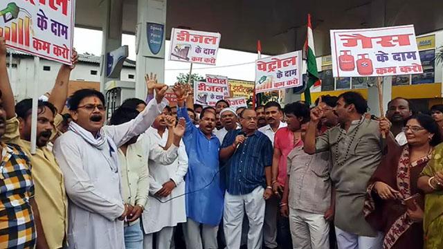 पेट्रोल डीजल के बढ़ते दामों पर कांग्रेस ने किया विरोध प्रदर्शन