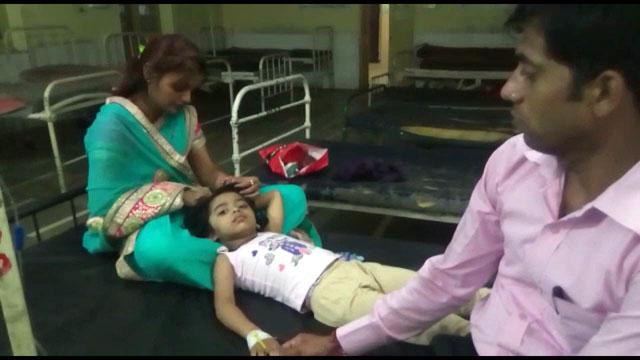 रावण दहन के दौरान बच्ची पर गिरा लोहे का गेट