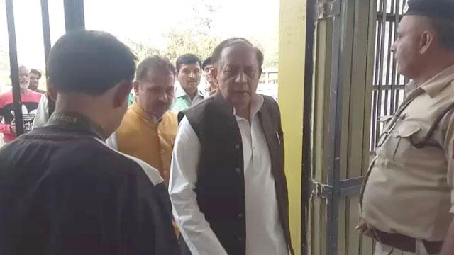 नामांकन भरने पहुंचे प्रत्याशी राजेन्द्र सिंह पुलिस के सामने अड़े, माहौल गरमाया