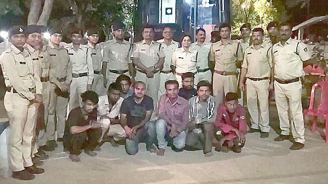 देह व्यापार की सूचना पर पुलिस ने दबिश दी, 13 महिलाएं एवं 7 नाबालिग गिरफ्तार