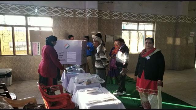 रतलाम में मशीन चालू ना होने से समय पर शुरू नहीं हुई वोटिंग